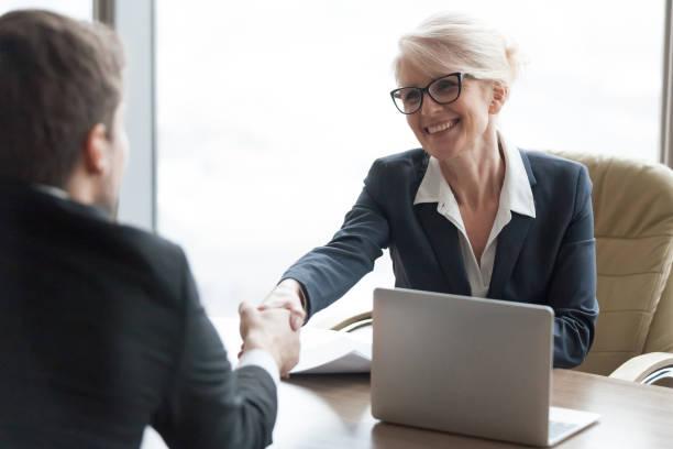 vänliga hr manager handskakning sökanden anställa kandidaten på jobb intervju - job interview bildbanksfoton och bilder
