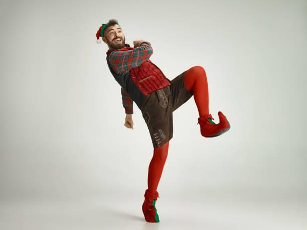freundlicher mann kleidete sich wie eine lustige gnome posiert auf einem isolierten grauen hintergrund - nikolaus kostüm stock-fotos und bilder