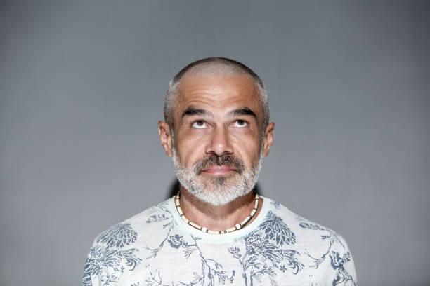 Homem maduro amigável com cabelo curto e barba cinza branca - foto de acervo