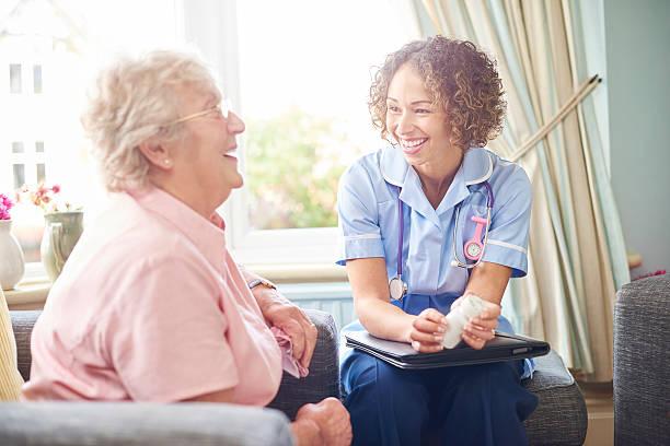 freundliche krankenschwester besuch bei einer familie - lieblingsrezepte stock-fotos und bilder