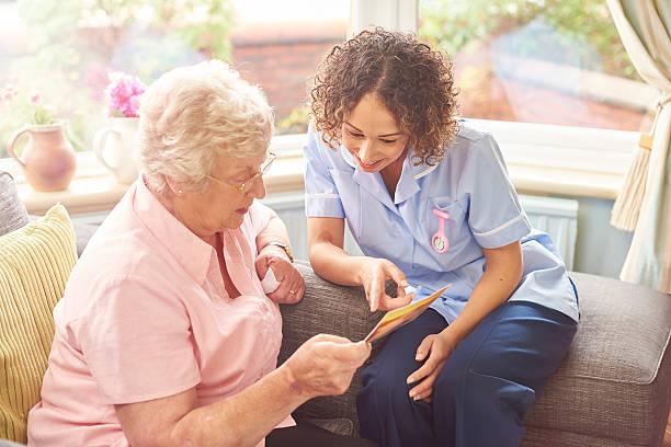 freundliche krankenschwester hausbesuch - lieblingsrezepte stock-fotos und bilder