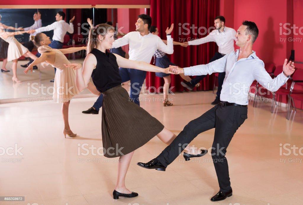 Pessoas amigáveis dançar lindy hop em pares - foto de acervo