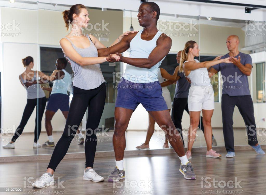 Gens sympathiques, danser la samba en couple - Photo
