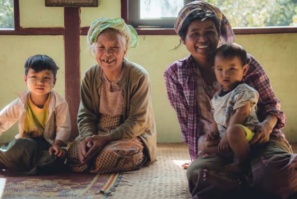 friendly people of myanmar - burma home do zdjęcia i obrazy z banku zdjęć