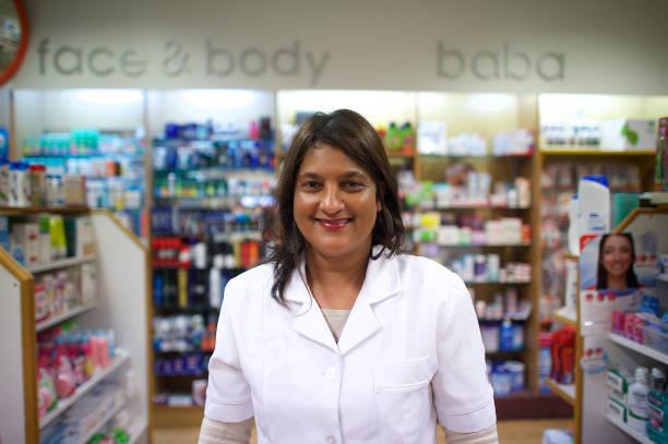 freundlichen apotheker in der apotheke - südafrikanische rezepte stock-fotos und bilder