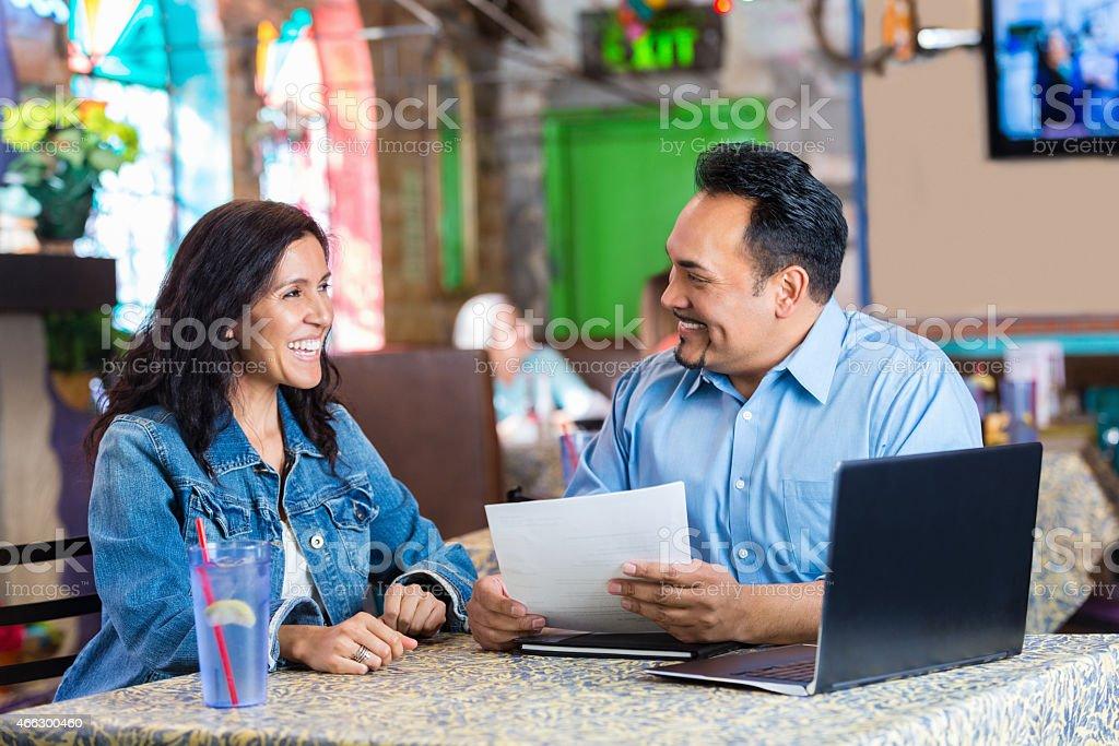 Acogedor Restaurante Gerente Revisar Reanudar Durante La ...