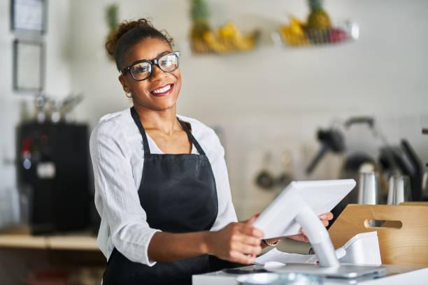 Freundliche Verkäuferin bereit, Kundenbestellungen bei der Registrierung im Restaurant entgegenzunehmen – Foto