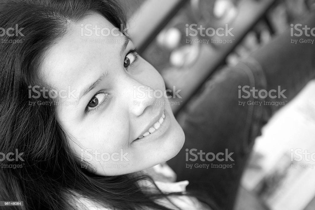 Amichevole sorriso di donna nel parco foto stock royalty-free