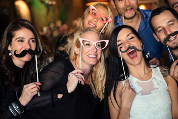 Freunde und Kollegen Fotoautomat auf einer Party in einer Bar. – Foto