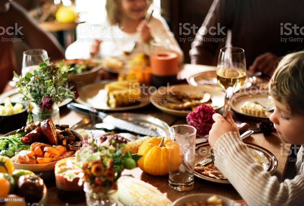 Amis et familles sont rassemblant le jour de Thanksgiving - Photo