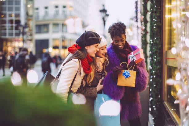 vrienden koopt kerstcadeaus - christmas stockfoto's en -beelden