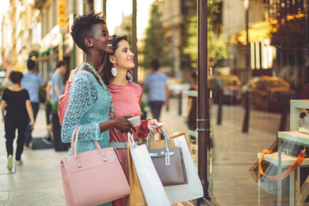 amigos son ventana comercial en el verano - moda parisina fotografías e imágenes de stock