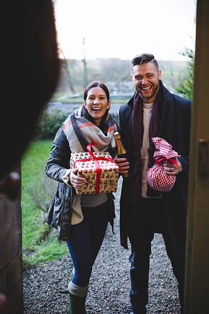 freunde, die mit einem geschenke - besondere geschenke stock-fotos und bilder