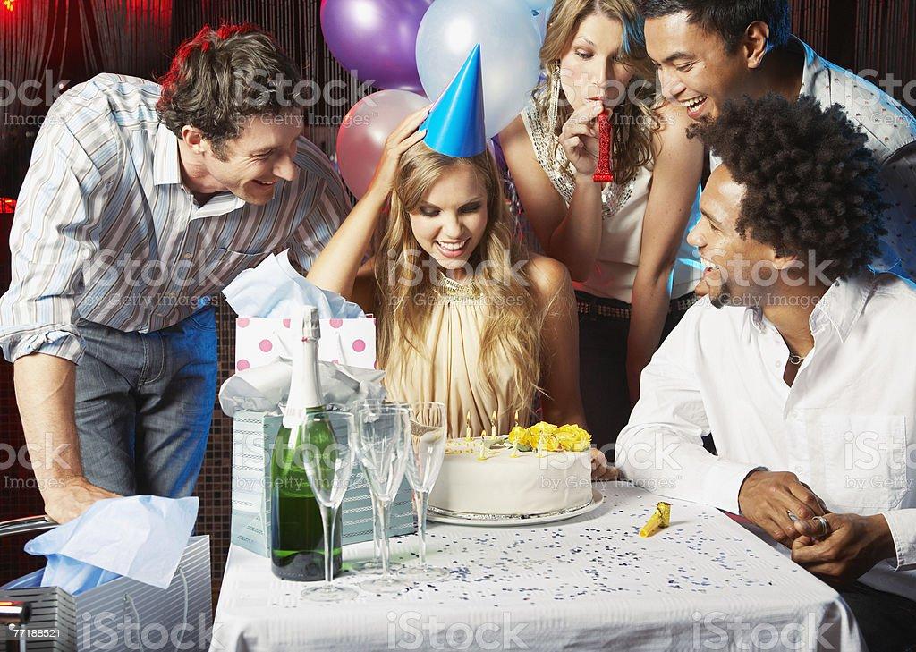 Amigos en la fiesta de cumpleaños - foto de stock