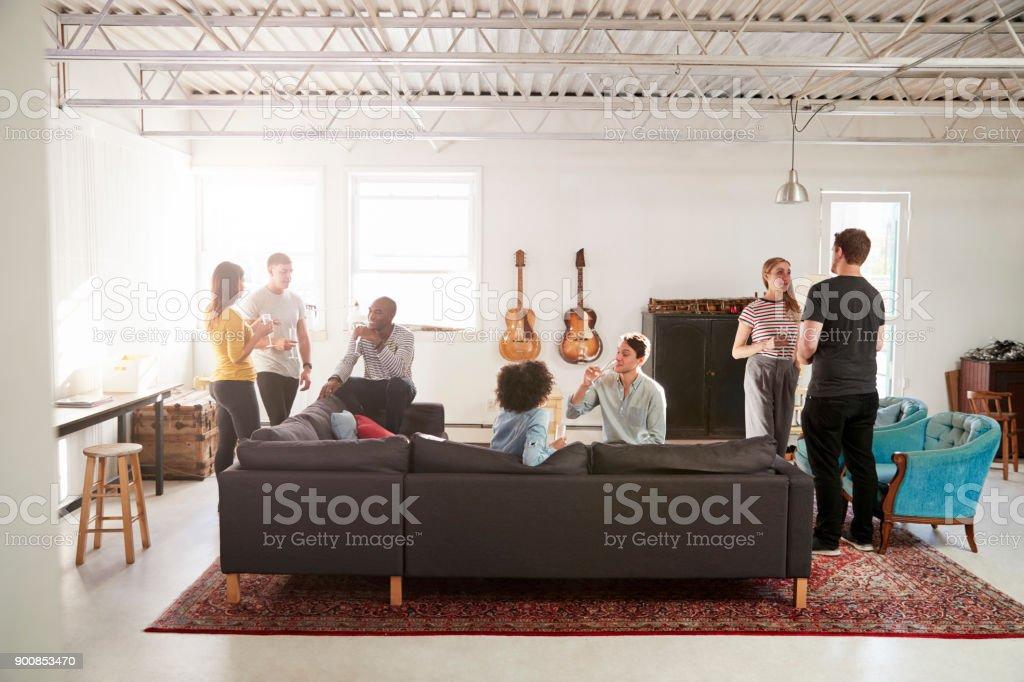 Freunde auf einer Party in einem New Yorker Loft-Wohnung, in voller Länge - Lizenzfrei Afro-amerikanischer Herkunft Stock-Foto