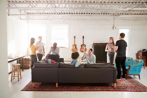 Freunde Auf Einer Party In Einem New Yorker Loftwohnung In Voller Länge Stockfoto und mehr Bilder von Afro-amerikanischer Herkunft