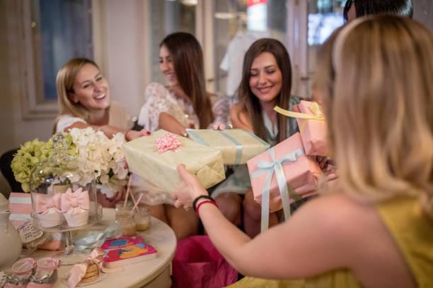 amigos en la fiesta prenatal - baby shower fotografías e imágenes de stock
