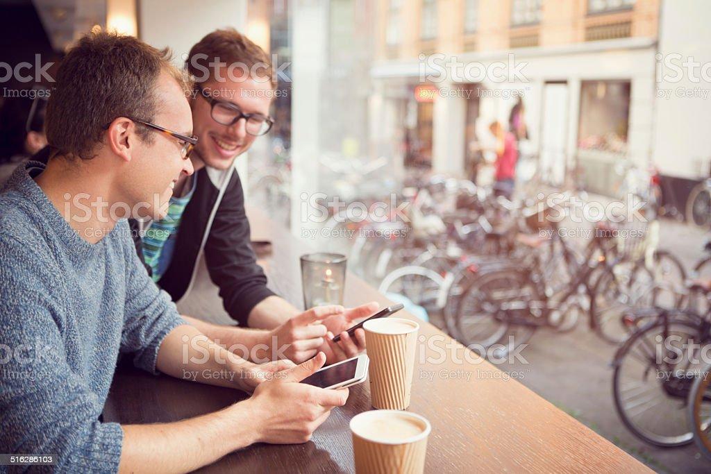 Amis au café. - Photo