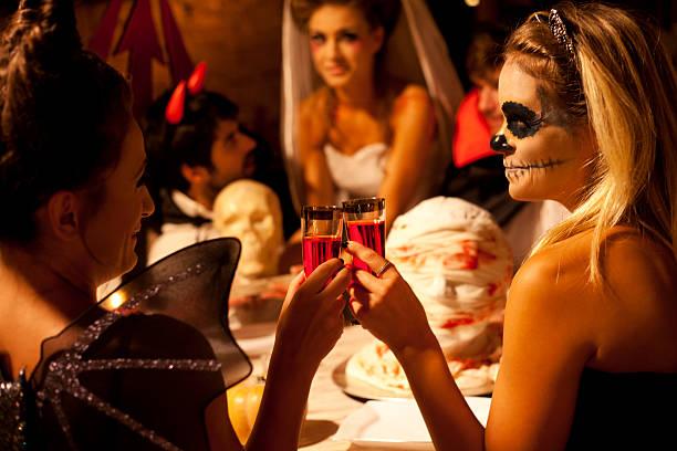 friends at halloween dinner - halloween party lebensmittel stock-fotos und bilder