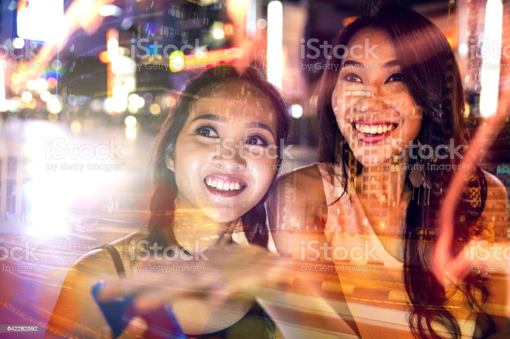 晚上在市中心購物的朋友圖像檔