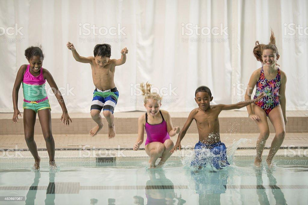 Freunde am öffentlichen Pool – Foto