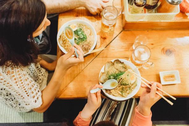 一緒にレストランでの友人 - ラーメン ストックフォトと画像