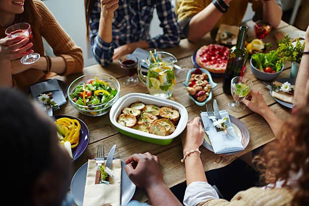 freunde am tisch - partysalate stock-fotos und bilder