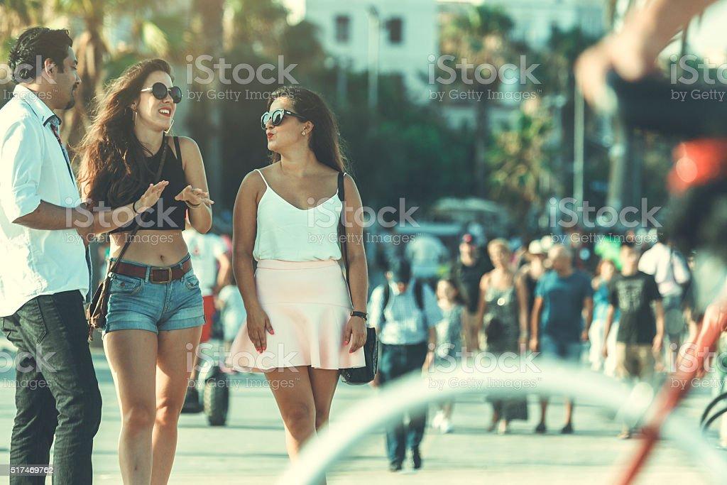 Amigos en la playa de la Barceloneta, en Barcelona, España - foto de stock