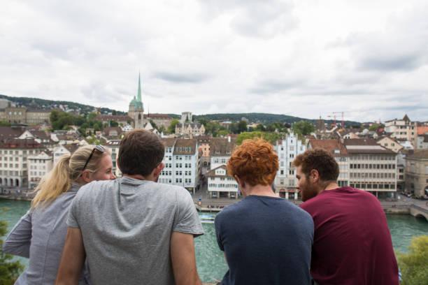 friends at the lindenhof zürich - zurigo foto e immagini stock