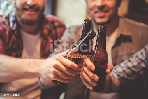 istock Friends at the pub 657432886
