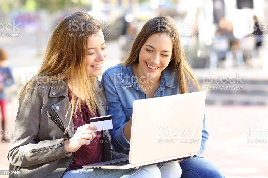 Friends buying on line in the street - foto stock