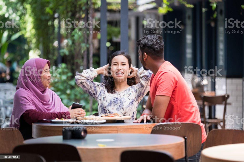Przyjaciele nadrabiają zaległości w kawiarni - Zbiór zdjęć royalty-free (Kultura malezyjska)