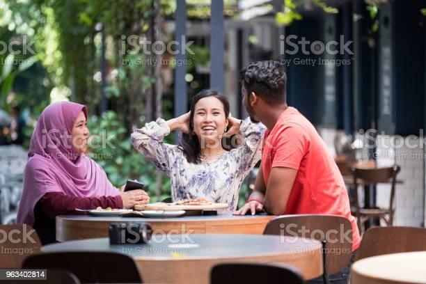 Przyjaciele Nadrabiają Zaległości W Kawiarni - zdjęcia stockowe i więcej obrazów Kultura malezyjska