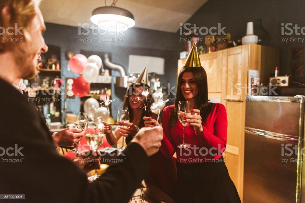 amis fêter le nouvel an ensemble - Photo