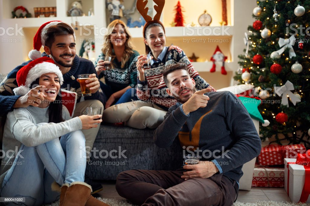 Weihnachten zu Hause feiern Freunde – Foto