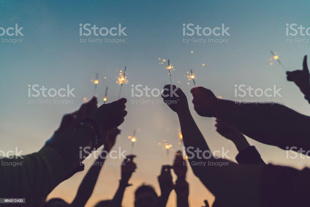 Freunden feiern Silvester auf dem Dach – Foto