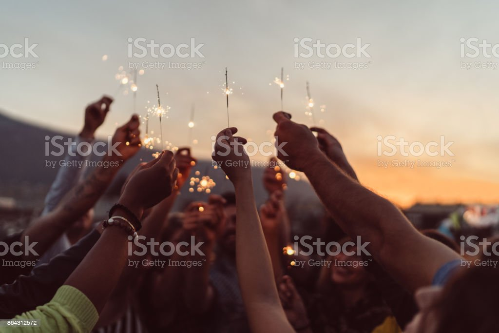 Friends celebrating New Year on the rooftop - Royalty-free Acordo Foto de stock