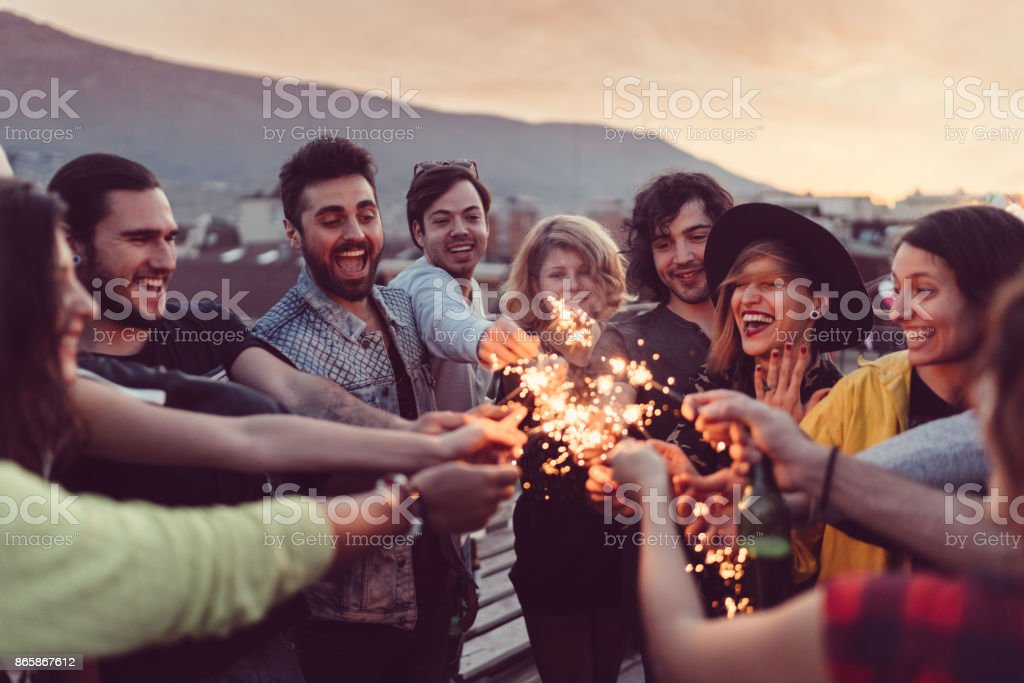 Freunde feiern Neujahr auf der Terrasse – Foto