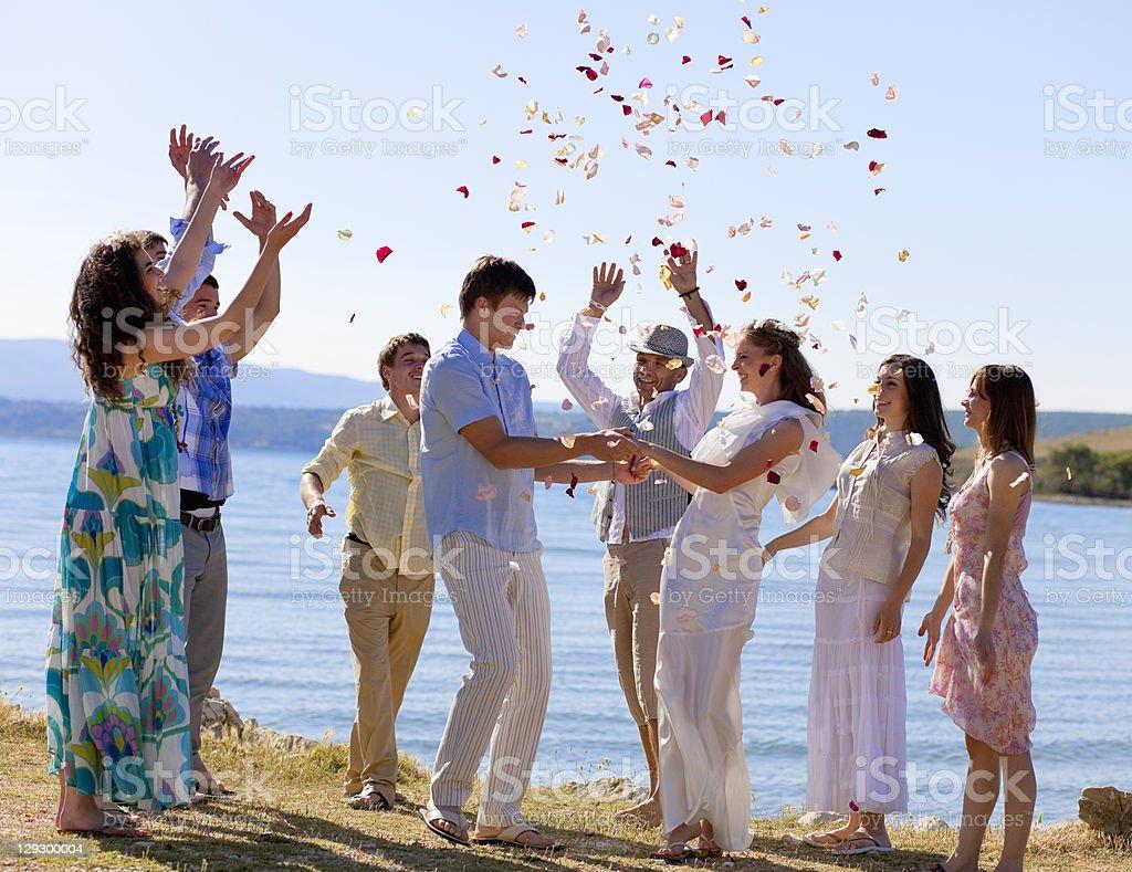 ご友人とのお祝いの新婚カップル - 20-24歳のロイヤリティフリーストックフォト