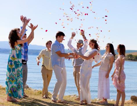 ご友人とのお祝いの新婚カップル - 20-24歳のストックフォトや画像を多数ご用意