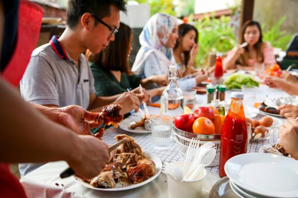 freunde feiern und essen - glaswaschtisch stock-fotos und bilder