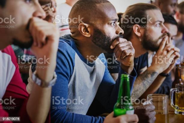 Friends cheering sport at bar together picture id918019078?b=1&k=6&m=918019078&s=612x612&h=hv5evrdivj8d5yjluvtsxhkfakzsz9ji 8wqai38 ye=
