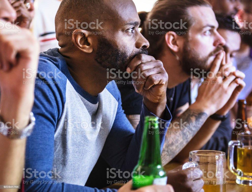 Amigos torcendo esporte no bar juntos - foto de acervo