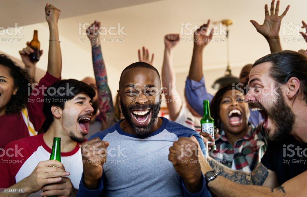 Amis, acclamant sport au bar ensemble photo libre de droits
