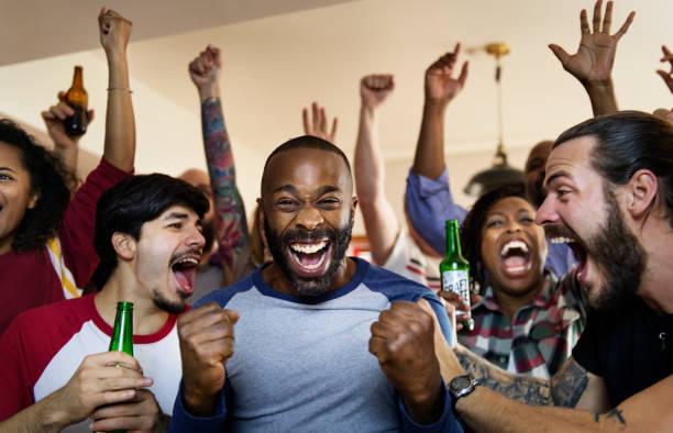 Friends cheering sport at bar together picture id945387466?b=1&k=6&m=945387466&s=612x612&w=0&h=4waw8vyx0wcitgbum1kvsedt7csmnzonycx7rvebhuq=