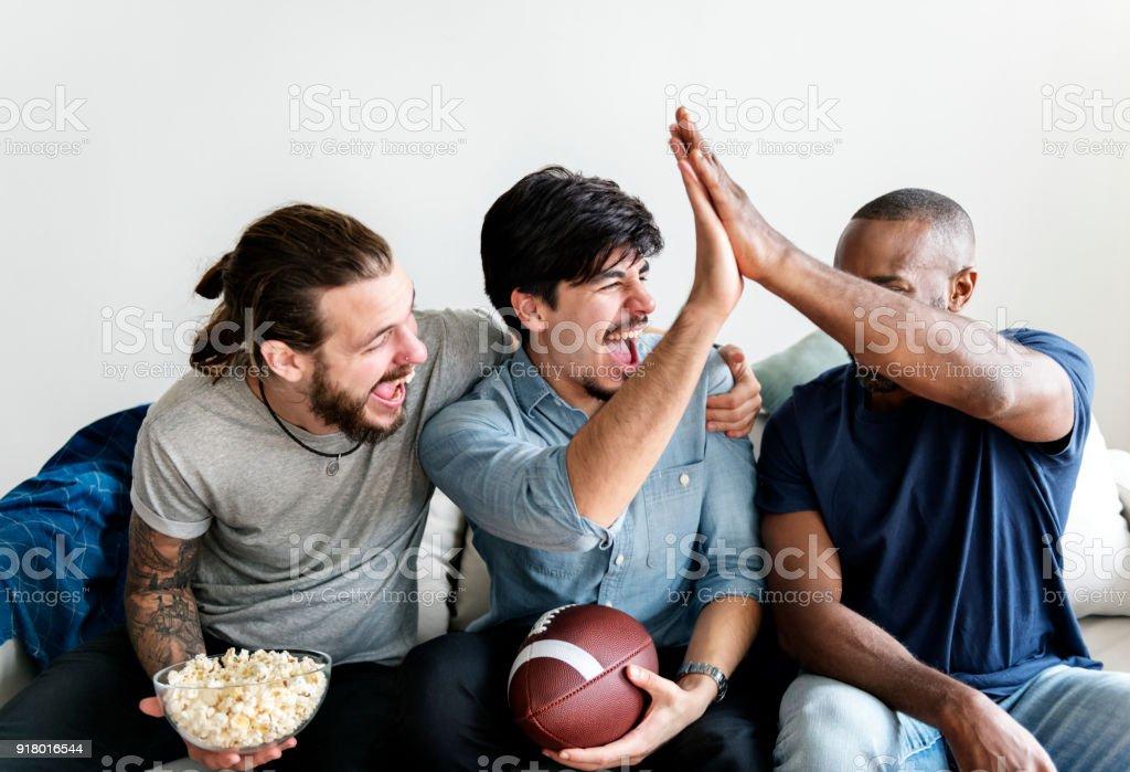 Amigos torcendo esporte liga juntos - foto de acervo