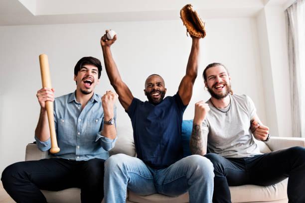 amigos torcendo esporte liga juntos - softbol esporte - fotografias e filmes do acervo