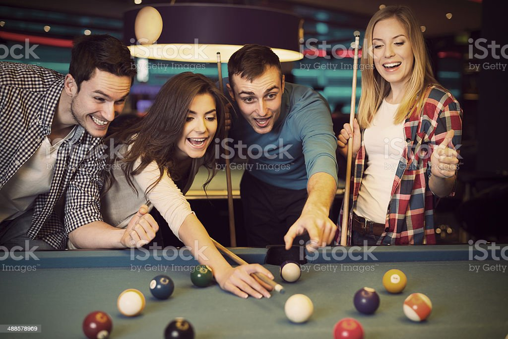 Amis acclamations tandis que son ami viser Boule de billard - Photo
