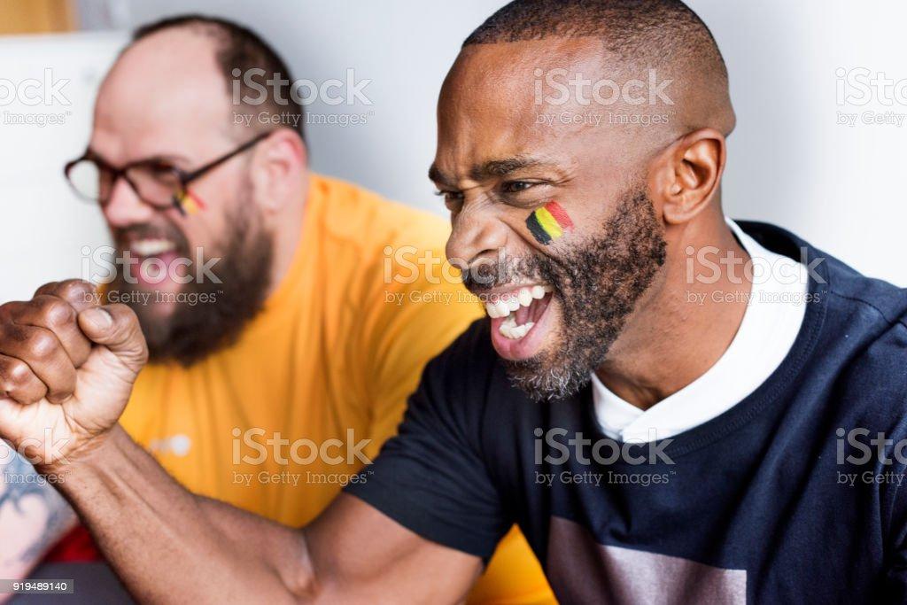 Amigos que anima la Copa del mundo con la bandera pintada - foto de stock