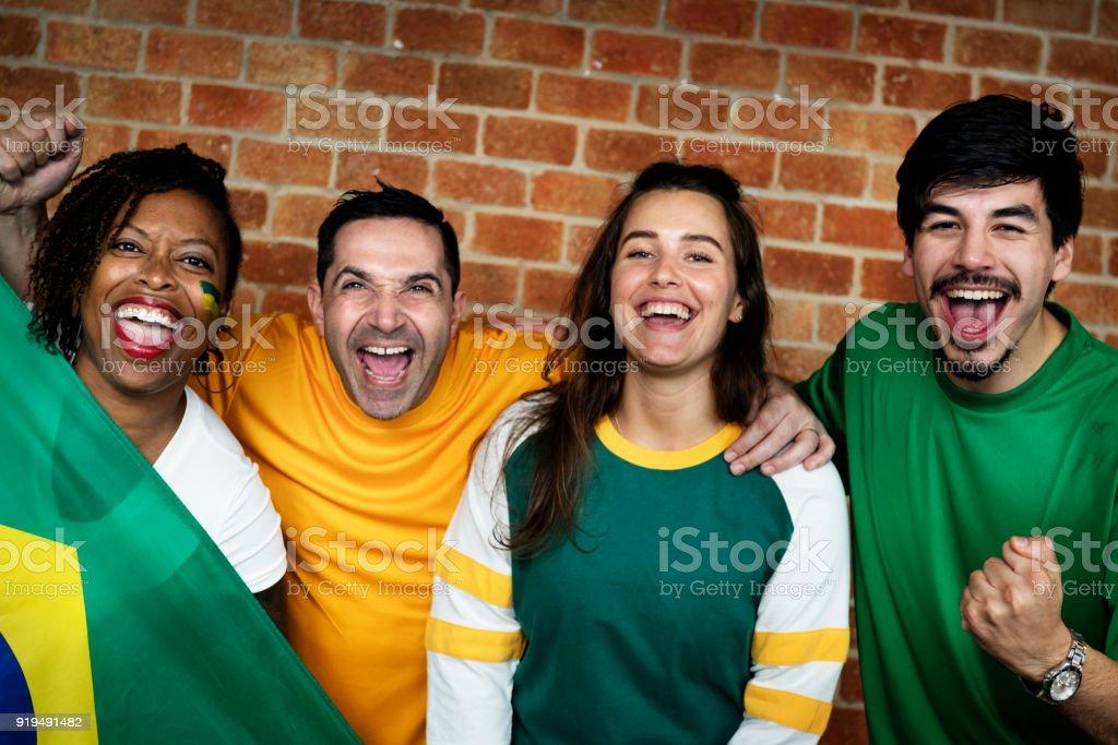 Amigos torcendo a Copa do mundo com a bandeira pintada - foto de acervo
